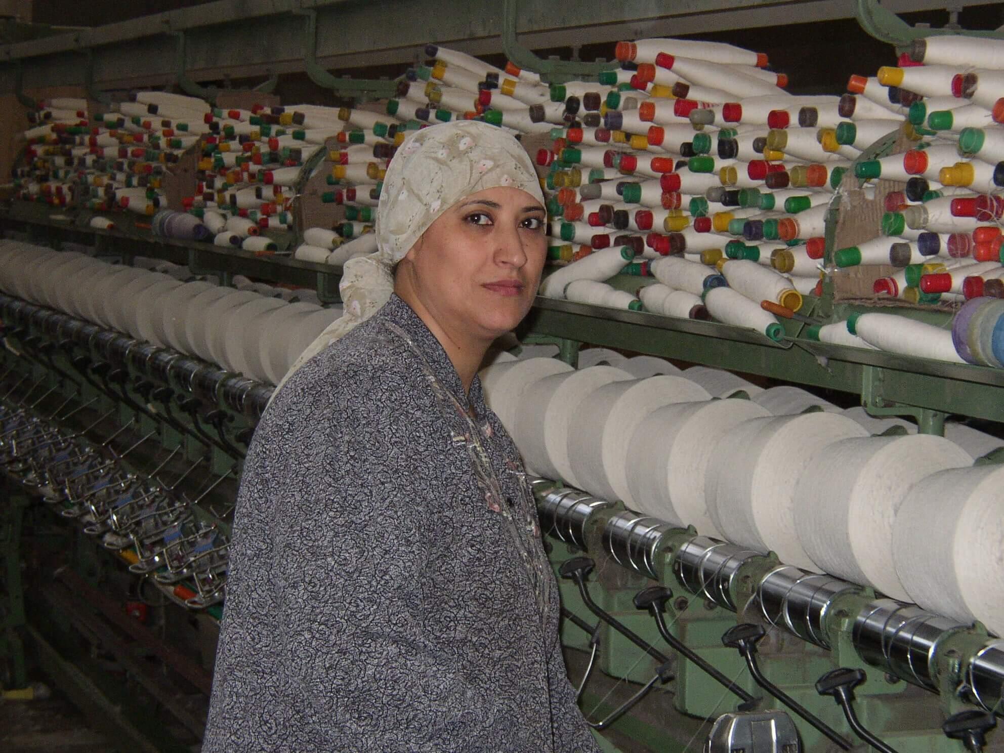 Vrouw katoenfabriek